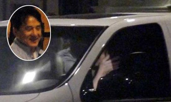 Thành Long bị bắt gặp hôn say đắm Từ Tịnh Lôi trong ô tô
