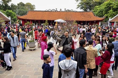 Tại Văn Miếu - Quốc Tử Giám cũng thu hút nhiều người dân đến cầu may mắn và xin chữ đầu năm.
