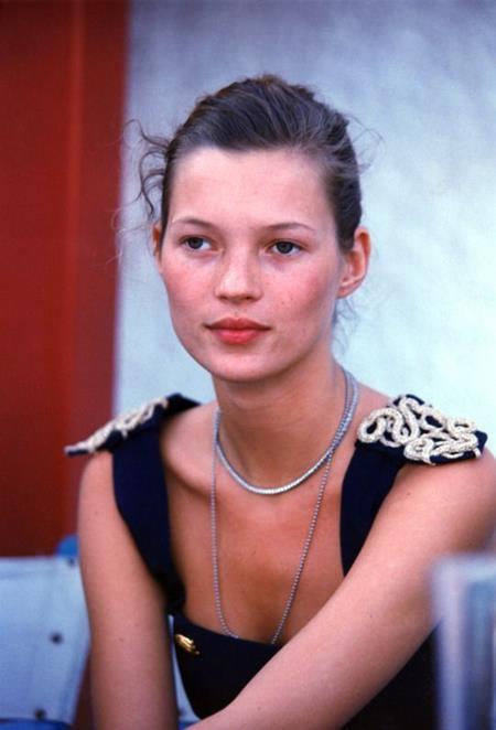 Được phát hiện khi mới 14 tuổi, Kate Moss nhanh chóng trở nên nổi tiếng vào thập niên 90 và trở thành gương mặt đại diện cho vô số thương hiệu thời trang danh giá