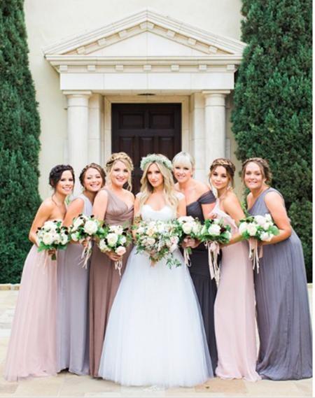 Khi Ashley Tisdale kết hôn, cô bạn thân Vanessa Hudgens đã đặc biệt tới làm phù dâu ủng hộ
