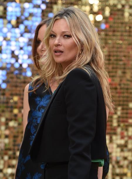 """Hồi năm 2013, chân dài người Anh đã được trao giải Thành tựu đặc biệt vì những cống hiến to lớn cho ngành công nghiệp trời trang và hiện nay, Kate Moss vẫn được xem là """"biểu tượng sống"""" của làng mẫu thế giới"""