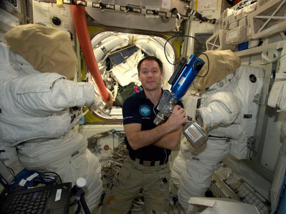 Những bức ảnh ngộ nghĩnh về cuộc sống của các phi hành gia trong không gian - 16