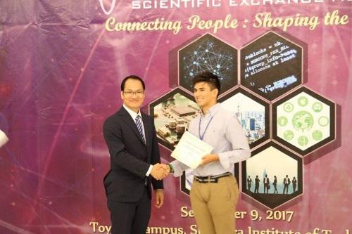 TS. Nguyễn Ngọc Mai Khanh, Chủ trì hội đồng khoa học, trao giấy khen cho bạn Diễn giả trẻ tuổi nhất (ảnh: Xuân Bình).