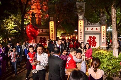 Khu vực hồ Hoàn Kiếm cũng thu hút khá đông du khách nước ngoài và người dân Thủ đô.