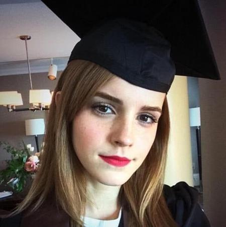 Trong năm 2013, Emma Watson cũng hoàn thành việc học và nhận bằng tốt nghiệp tại trường đại học Brown