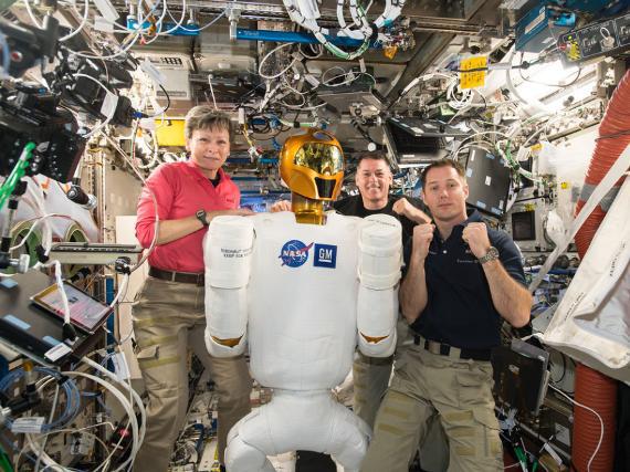 Những bức ảnh ngộ nghĩnh về cuộc sống của các phi hành gia trong không gian - 17