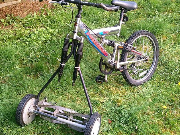 Xe đạp hỏng bánh, bé dùng luôn bánh xe của máy cắt cỏ