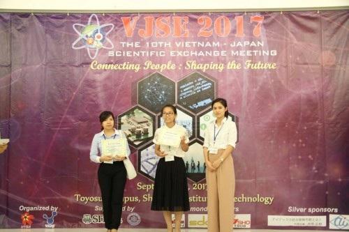 Chị Nguyễn Phương Nhi, Chủ tịch VYSA, trao giải thưởng Poster xuất sắc nhất (ảnh: Xuân Bình).