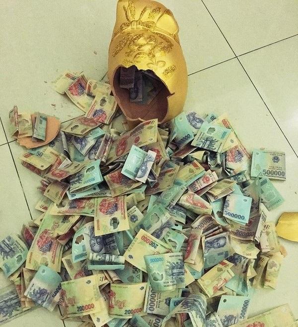 Một người chồng ở TPHCM đã tặng vợ con lợn đất trị giá 200 triệu đồng. ẢNh: I.T