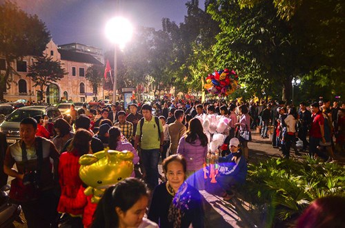 Ngay từ chiều tối ngày mùng 1 Tết có hàng nghìn người đổ về khu vực bờ hồ vui chơi, tham quan.