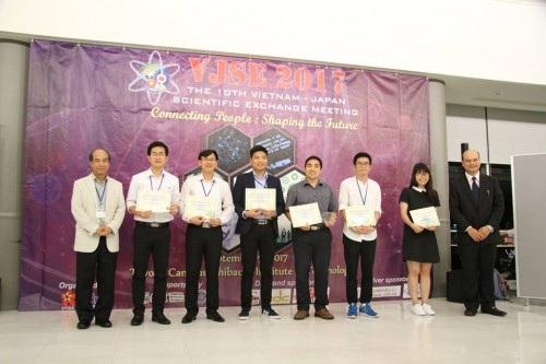 Tham tán Bùi Việt Khôi (bìa phải) và GS. Hồ Tú Bảo (bìa trái) trao quà và giấy khen cho các tác giả đạt giải Bài thuyết trình xuất sắc nhất (ảnh: Xuân Bình).