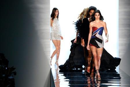 … trong khi đó cô chị Kendall lại bận rộn với show diễn thời trang của Alexandre Vauthier