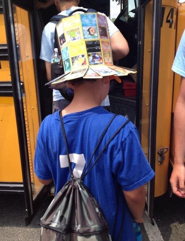 Chiếc mũ làm từ các tấm thẻ bài Pokemon bị vứt bỏ