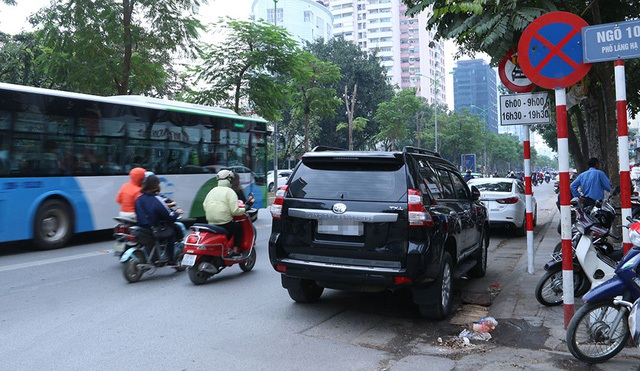 Chiếc ô tô ngang nhiên đỗ trên phố Láng Hạ ngay cạnh biển cấm dừng đỗ. Phố Láng Hạ mỗi chiều có 3 làn đường, một làn hiện tại dành riêng cho xe buýt nhanh BRT hoạt động, hai làn còn lại của các phương tiện khác, nên việc dừng đỗ như trên khiến lòng đường bị thu hẹp lại, chỉ còn 1/3 so với trước kia.