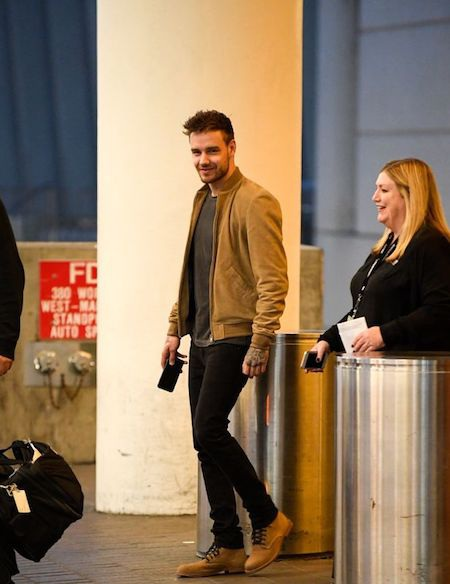 Nam ca sĩ hết sức điển trai khi xuất hiện tại sân bay
