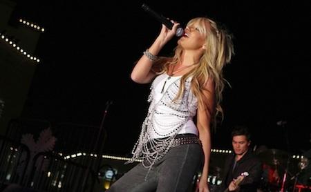 """Ngôi sao của loạt phim """"The high school musical"""" cũng không đủ tự tin để trực tiếp trình diễn ca khúc """"Last Christmas"""" trước công chúng hồi năm 2007. Tuy nhiên, Ashley Tisdale lại không có được sự chuẩn bị tốt khiến cho khẩu hình không hề khớp với phần âm thanh và nhanh chóng bị các fan phát giác."""
