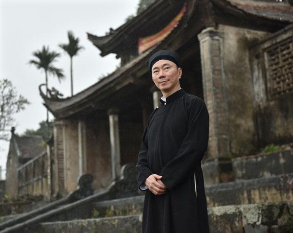 Đại sứ mặc áo dài truyền thống, đầu vấn khăn theo lối cũ, không cách tân