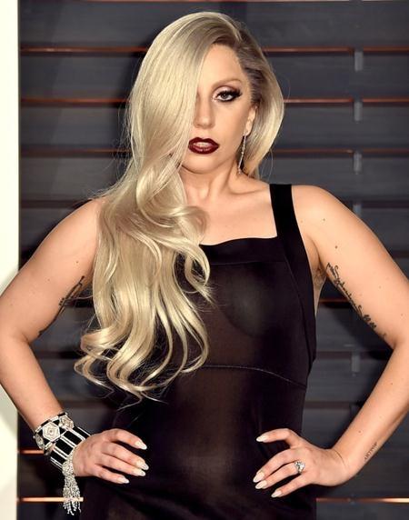 Vào ngày Lễ tình nhân năm 2015, Lady Gaga từng được người cũ Taylor Kinney dành tặng một chiếc nhẫn kim cương cực kỳ sang chảnh với giá trị ước tính rơi vào khoảng từ 400.000 đến 500.000 đô la Mỹ