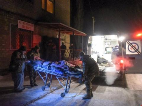 Binh sĩ Ukraine bị thương được vận chuyển vào bệnh viện.