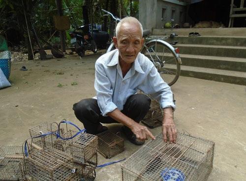 Ông Ba Non chuẩn bị những chiếc bẫy đi gài chuột dừa.  Ảnh: H.L