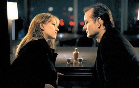 """Câu chuyện tình yêu đầy lạ kì, day dứt giữa Bob Harris (Bill Murray thủ vai) và Charlotte (Scarlett Johansson thủ vai) trong """"Lost in translation"""" (2003) chắc chắn sẽ làm nhiều con tim đang yêu phải thổn thức"""