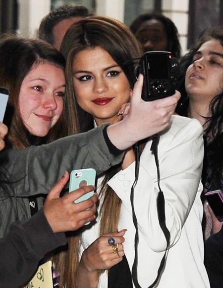 Chỉ với một nụ cười mỉm nhẹ, Selena Gomez đã hoàn toàn làm chủ khung hình