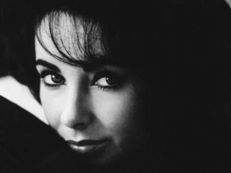 """Elizabeth Taylor cũng đã từ chối tham gia lễ trao giải Oscar năm 1966 dù huyền thoại điện ảnh của Hollywood được đề cử giải thưởng Nữ diễn viên chính xuất sắc nhất với bộ phim """"Whos afraid of virginia woolf?"""". Thay vì tới nhận giải, Elizabeth Taylor đã ở lại Paris cùng Richard Burton, người cũng được đề cử vào năm đó nhưng khó có khả năng thắng giải."""