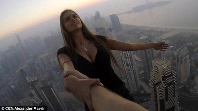 Rùng mình nhìn nữ người mẫu treo người bên tòa nhà chọc trời chụp ảnh - 2