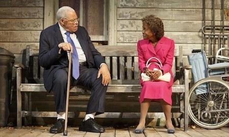Trên sân khấu Broadway hồi năm 2015, cả hai diễn viên Cicely Tyson và James Earl Jones đều phải mượn tới tai nghe nhắc thoại để có thể hoàn thành tốt vai diễn của mình.