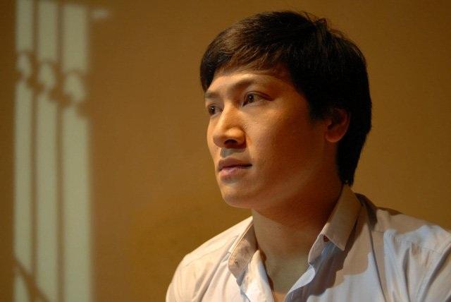 """Mạnh Trường sẽ vào vai người em Duy Trung trong bộ phim """"Nơi ẩn nấp bình yên"""". Hình ảnh có chút khác lạ, ngố tàu của ông bố điển trai trong Bố ơi! Mình đi đâu thế 4 năm trước."""