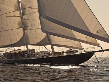 Du thuyền Regina dài tới 183 foot với những cánh buồm lớn có tổng diện tích lên tới 1.140 nghìn mét vuông
