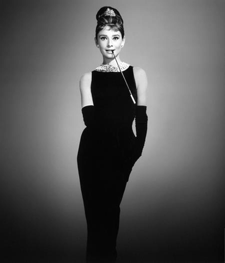 """Đầm Givenchy đen được Audrey Hepburn mặc trong bộ phim hài lãng mạn """"Breakfast at Tiffanys"""" (1961) luôn được xem là một trong những bộ trang phục biểu tượng của thế kỷ 20 và là một trong những chiếc """"đầm đen nhỏ"""" nổi tiếng nhất mọi thời đại"""