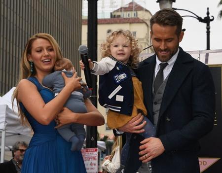 """Phải tới đầu năm 2015, báo giới mới có thể xác nhận chuyện Blake Lively đã sinh con đầu lòng cho Ryan Reynolds vào tháng 12/2014. Sau đó, cả Hollywood cũng đã phải xôn xao """"đoán già đoán non"""" về em bé trước khi cái tên James Reynolds chính thức được """"bật mí""""."""