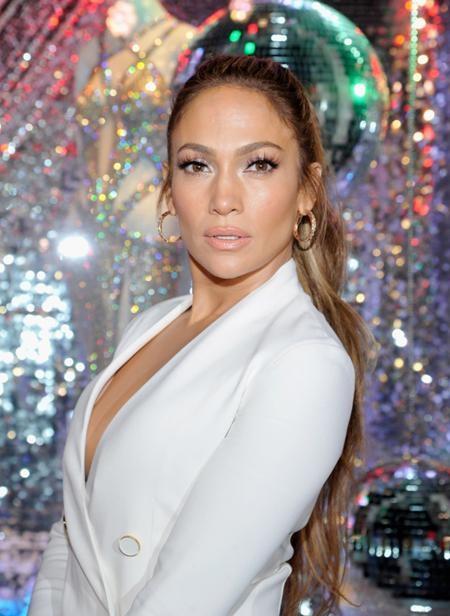 Jennifer Lopez không chỉ khiến các fan trầm trồ ngưỡng mộ với vòng 3 khó cưỡng mà còn gây ấn tượng mạnh nhờ ngoại hình trẻ trung dù đã 47 tuổi
