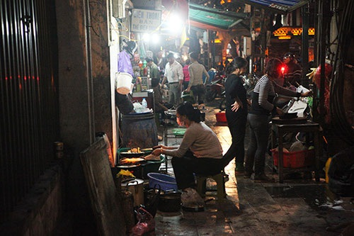 Trên phố Ô Quan Chưởng  một nhà hàng để tràn lan thùng rác, bếp than, bếp ga, chiếm hết lối của người đi bộ