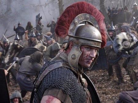 """Thiết kế trang phục ấn tượng, bối cảnh được tái tạo chân thực cùng dàn diễn viên khổng lồ đã khiến bộ phim """"Rome"""" tốn tới 10 triệu đô la Mỹ kinh phí sản xuất cho mỗi tập phim. Cũng chính vì chi phí làm phim quá tốn kém nên HBO và BBC chỉ có thể sản xuất hai phần đầu tiên bất chấp sự đón nhận nồng nhiệt của khán giả."""