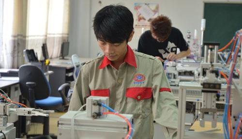 Ngày càng nhiều học sinh chọn trường nghề làm điểm đến thay vì trường ĐH (Ảnh chụp tại Trường CĐ nghề công nghệ cao Hà Nội). (Ảnh: Minh Nguyệt)