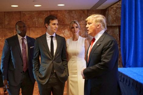 """""""Phò mã"""" Jared Kushner cùng """"công chúa"""" Ivanka và Tổng thống Donald Trump."""