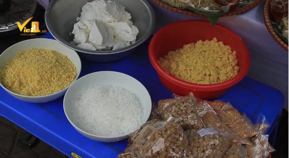Ngoài bán bột nếp, nhiều tiểu thương cũng bán kèm nhân làm bánh bao gồm mật mía và đậu xanh, cng với đó là vừng và sợi dừa tươi.
