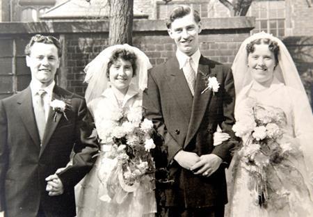 Connie và Mary mặc trang phục y hệt nhau trong ngày kết hôn