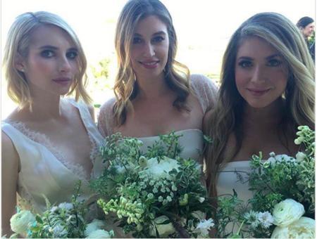 Emma Roberts cũng đã làm phù dâu trong ngày cưới của cô bạn thân là nhà thiết kế Kara Smith