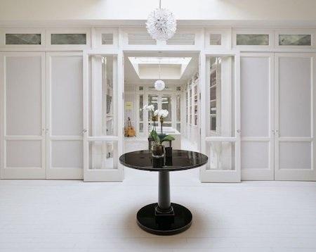 Nội thất trong căn hộ đều có tông màu trắng chủ đạo