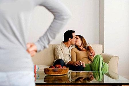Chứng kiến cảnh chồng ôm ấp người khác trong chính nhà mình là nỗi đau khủng khiếp với bất cứ người vợ nào (Ảnh minh hoạ)
