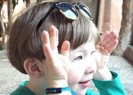 Nolan chơi ú òa với cô tinh tinh trong tủ kính