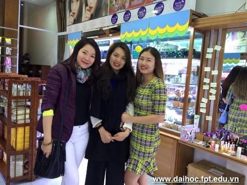 Từ 20 triệu khởi nghiệp, cựu sinh viên Đại học FPT Nguyễn Thùy Trâm (ngoài cùng, phải) trở thành chủ tiệm cưới, spa hàng đầu ở Đà Nẵng.