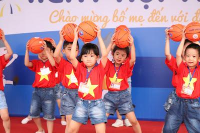 Các bé trong tiết mục biểu diễn nghệ thuật được chuẩn bị công phu.