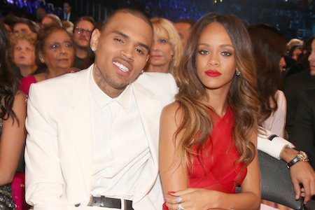 """Hồi năm 2009, Chris Brown đã dính vào scandal hành hung người bạn gái nổi tiếng Rihanna. Kết quả, chủ nhân hit """"Diamond"""" đã phải nhập viện điều trị trong tình trạng mặt mũi bầm dập còn Chris Brown thì bị kết án 5 năm tù treo. Đến bây giờ, Chris Brown vẫn chứng nào tật nấy và nhiều lần bị cáo buộc doạ giết, bạo hành Karrueche Tran, một người bạn gái cũ khác của chàng ca sĩ lắm tài nhiều tật."""