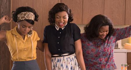 """""""Hidden figures"""" là câu chuyện kể về ba phụ nữ da màu, những người hùng thầm lặng sau sự kiện NASA thành công đưa con người ra ngoài vũ trụ vào thập niên 60 của thế kỉ trước. Giữa ngổn ngang áp lực công việc, những người phụ nữ này còn phải chịu đựng sự kì thị khủng khiếp chỉ vì màu da của mình và chính sự đấu tranh quyết tâm đòi lại bình đẳng, chiến thắng các lề thói cổ hủ đã khiến """"Hidden figures"""" trở nên vô cùng lôi cuốn và ý nghĩa."""