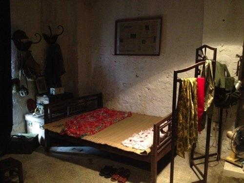 Phòng ngủ đơn sơ thời xưa, với chăn con công ấn tượng. Ảnh: Triển lãm hiện vật về thời bao cấp của Việt Nam