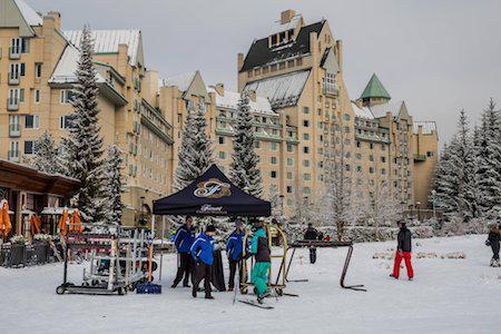 """Khách sạn 4 sao Fairmont Chateau Whistler ở Whistler, Canada thực sự là một khu nghỉ dưỡng hạng sang với 550 phòng nghỉ cao cấp, sân golf 18 lỗ và những dịch vụ vui chơi mùa đông hàng đầu. Chính vì vậy, nơi đây từng """"vẫy gọi"""" thành công rất nhiều ngôi sao như Heidi Klum, Seal, Justin Timberlake, Queen Latifah, Cindy Crawford và Tori Spelling."""